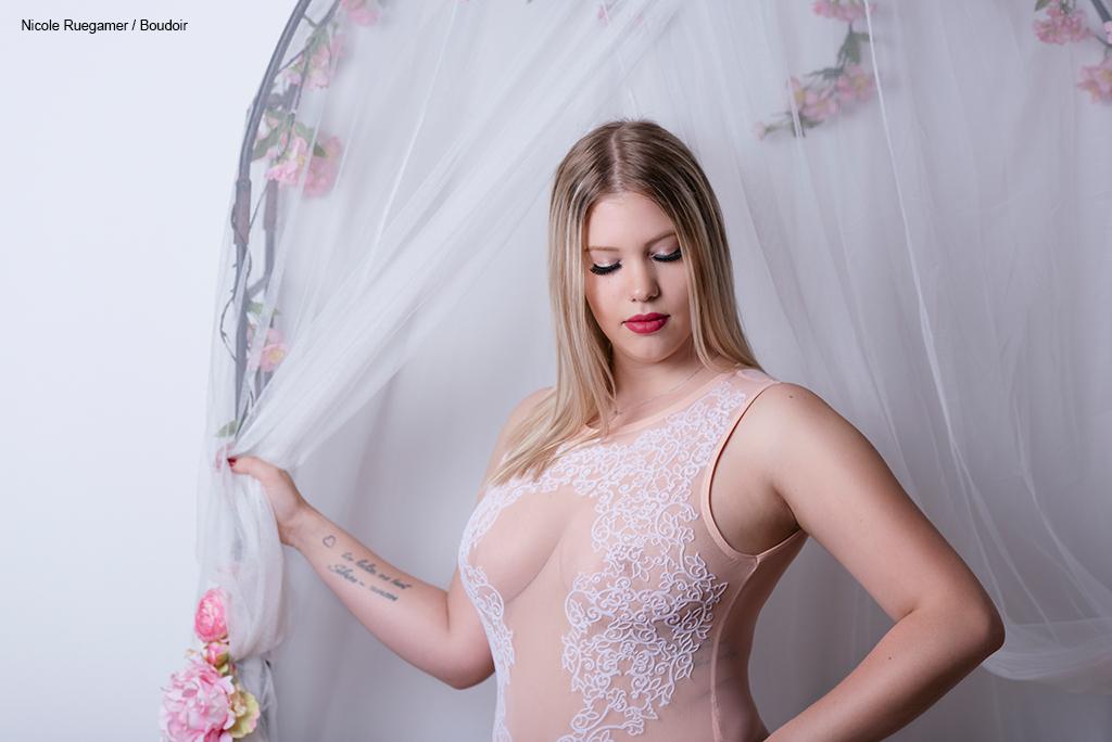 junge Frau mit einem Body aus Spitze