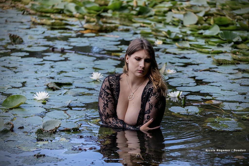 Boudoir - Dessous Foto im See mit Seerosen von einer jungen Frau