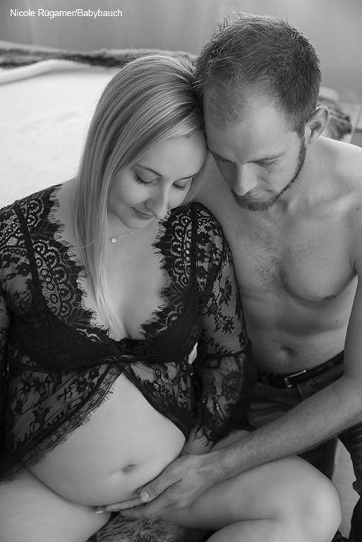 mit dem Partner ein Schwangerschaft Fotoshooting voller intimität
